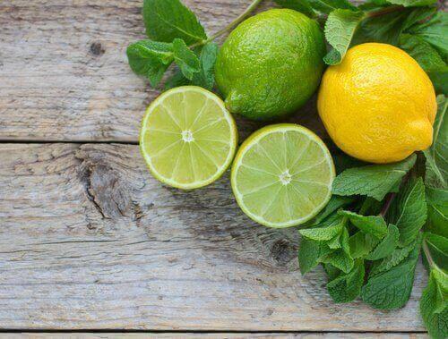 λεμόνια κομμένα στη μέση κ ολόκληρα