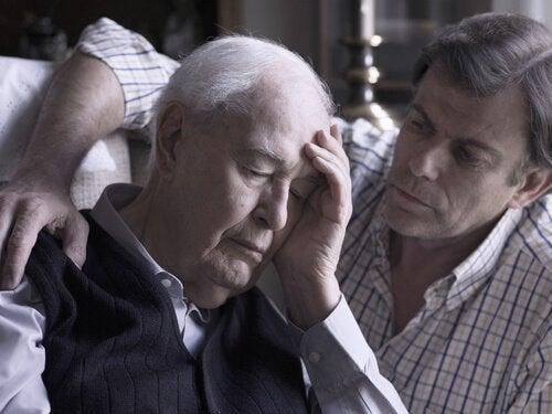 ηλικιωμένος άνδρας με νεότερο σε καναπέ