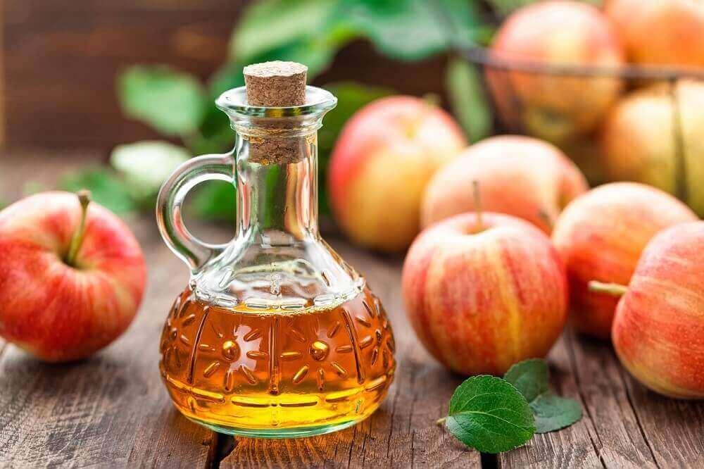 μηλόξυδο σε γυάλινη κανάτα για την αφαίρεση των ρόζων του δέρματος