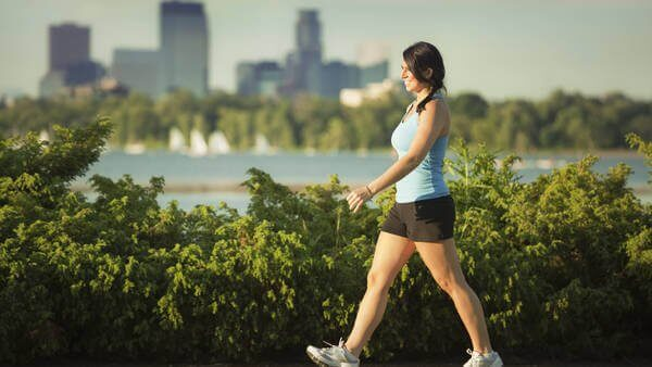 καλή φυσική κατάσταση γυναίκα που περπατά
