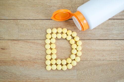Πρέπει να παίρνουμε συμπλήρωμα βιταμίνης D; - Μπουκάλι με βιταμίνη D