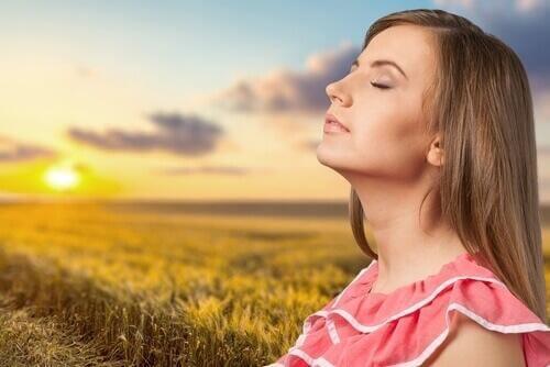 Πρέπει να παίρνουμε συμπλήρωμα βιταμίνης D; - Γυναίκα στον ήλιο
