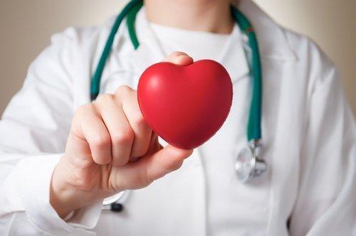 Οφέλη του καρπουζιού - Γιατρός κρατά καρδιά