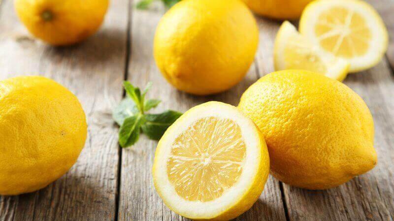 λεμόνια σε φέτες για να αποτοξινώσετε το σώμα σας