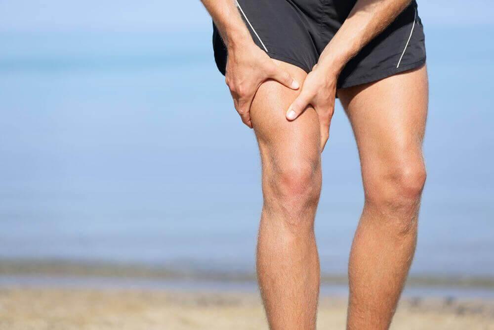 Χυμός αγγουριού - Άνδρας με φλεγμονή στο γόνατο