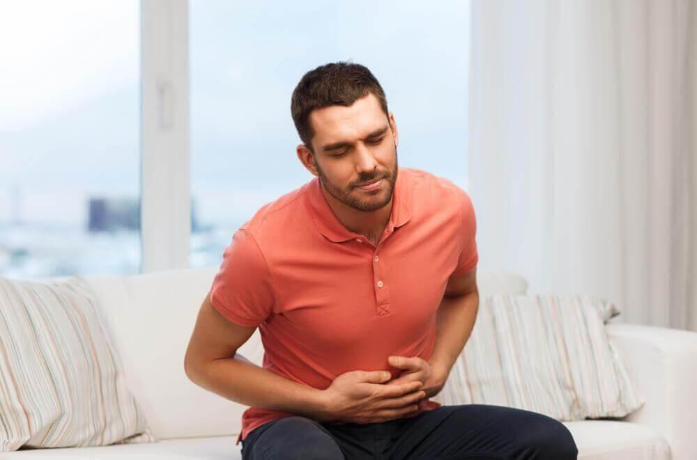 Χυμός αγγουριού - Άνδρας με πόνο στο στομάχι