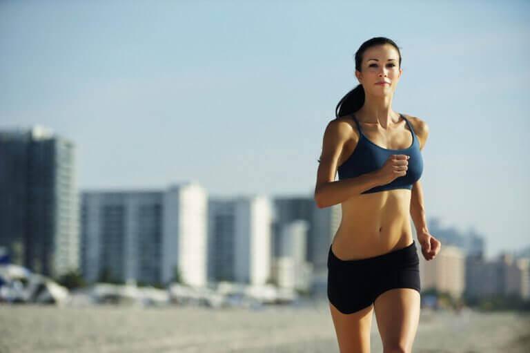 γυναίκα που τρέχει, συμβουλές για τη βελτίωση της λειτουργίας του θυρεοειδούς