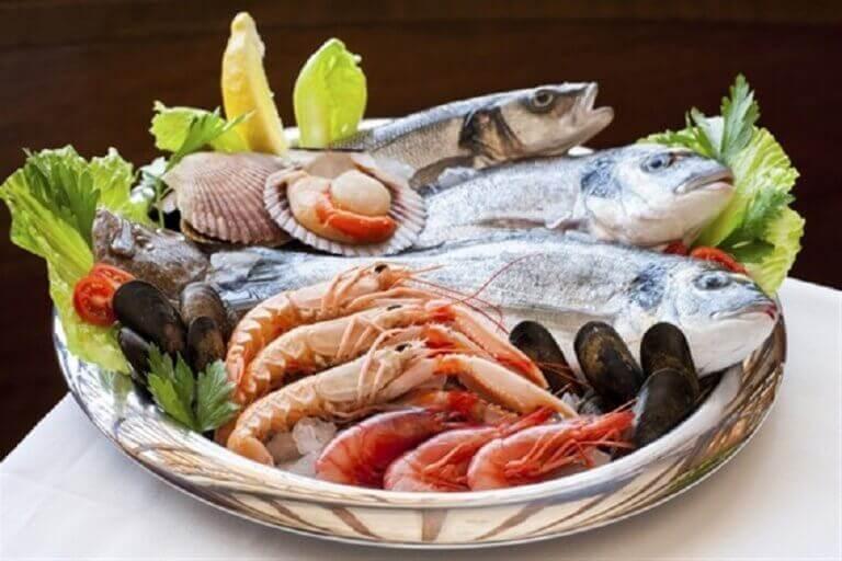 πιάτο με ψάρια και μαλάκια, συμβουλές για τη βελτίωση της λειτουργίας του θυρεοειδούς