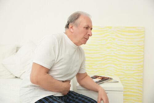 ηλικιωμένος άνδρας με πονόκοιλο- καταναλώνετε πολλή βιταμίνη D