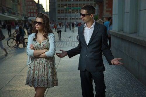 ζευγάρι που μαλώνει έξω- αποτυχία σε μια σχέση