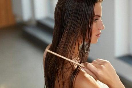 Δεντρολίβανο στα μαλλιά - Γυναίκα χτενίζει τα μαλλιά της