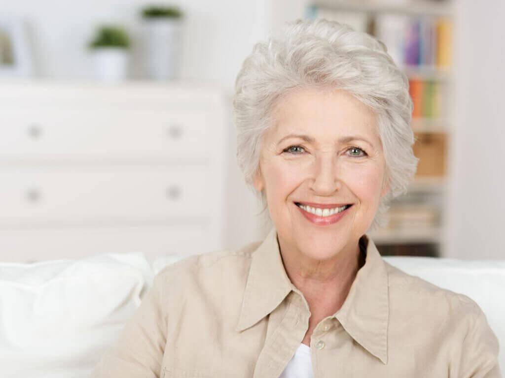 γυναίκα που χαμογελάει- τα γκρίζα μαλλιά