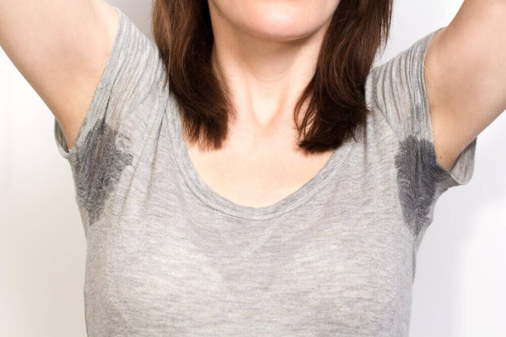 Υπερβολική εφίδρωση - Γυναίκα με ιδρωμένες μασχάλες