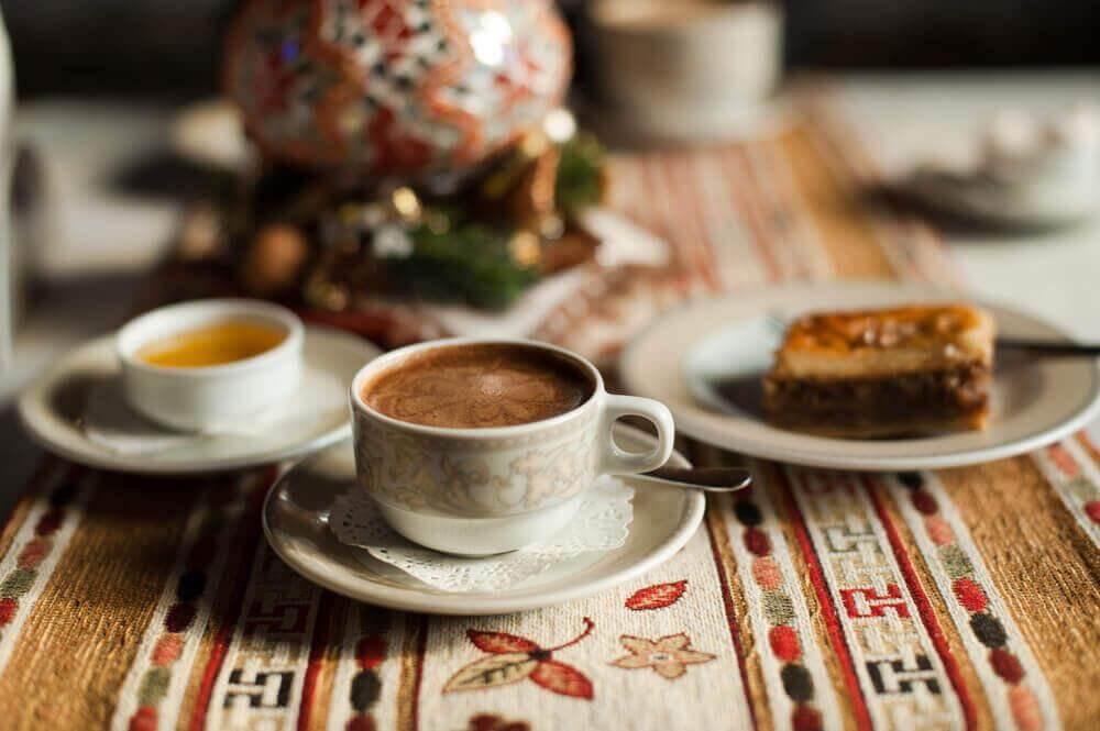 καφές και γλυκά, από τα τρόφιμα που πρέπει να αποφεύγετε πριν πέσετε για ύπνο