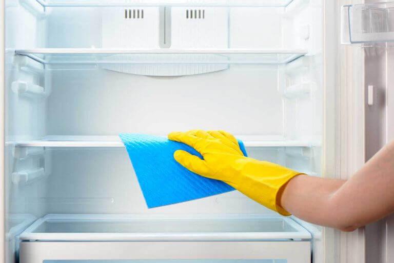 Δυσάρεστες οσμές - Γυναίκα καθαρίζει ψυγείο