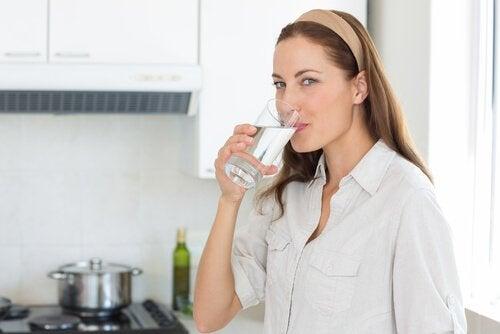 Βελτιώστε την υγεία σας πίνοντας περισσότερο νερό κάθε μέρα