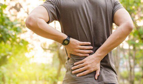 Πιθανές αιτίες για τον πόνο στην πλάτη - Άνδρας με πόνο στην πλάτη