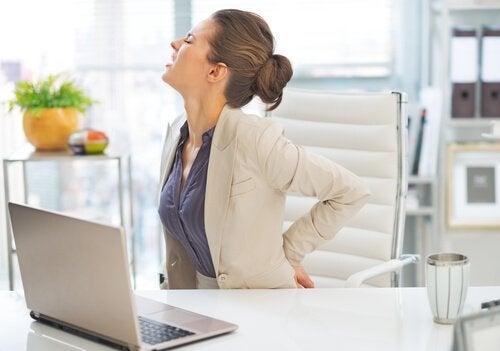 καθιστικός τρόπος ευθύνεται για τον πόνο στην πλάτη