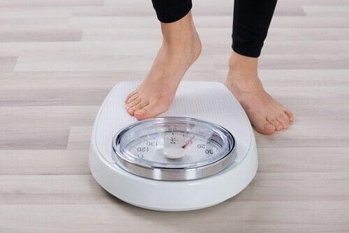 Συμβουλές για να μειώσετε την κακή χοληστερόλη - Γυναίκα ζυγίζεται
