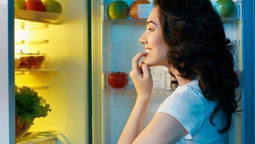 νυχτερινές συνήθειες που προσθέτουν κιλά- γυναικα σε ψυγείο