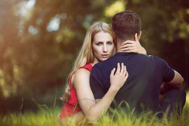 που είναι ήδη σε σχέση ζευγάρι και άντρας γυρισμένος πλάτη
