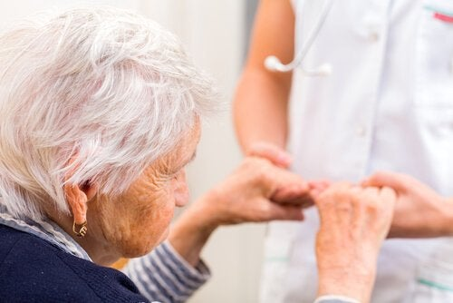 ηλικιώμενη με νοσοκόμα