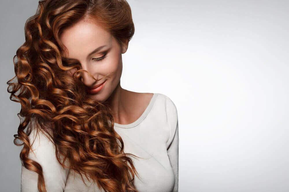 γυναίκα με μπούκλες- ανάπτυξη των μαλλιών