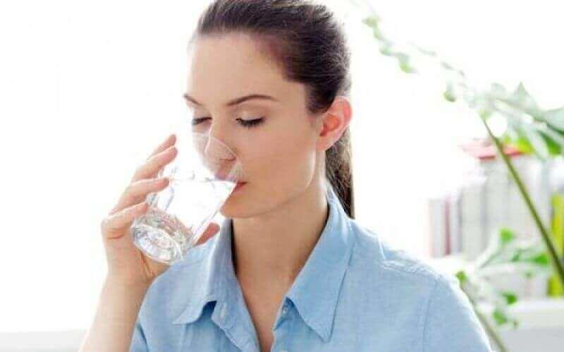 γυναικα που πινει νερο- συμπτώματα του διαβήτη