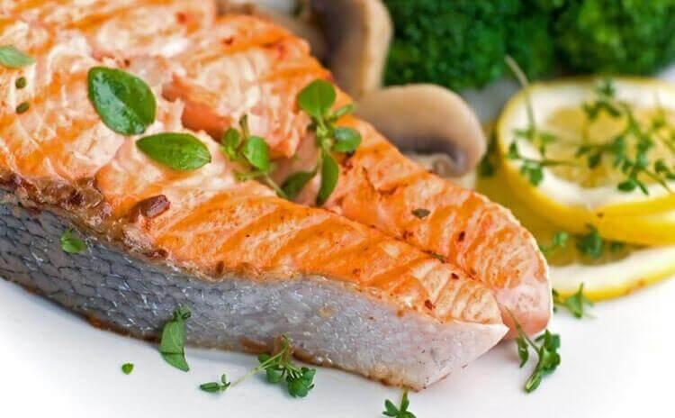 3 υγιεινές ιδέες για γρήγορο βραδινό φαγητό, σολομός με άρωμα λεμονιού