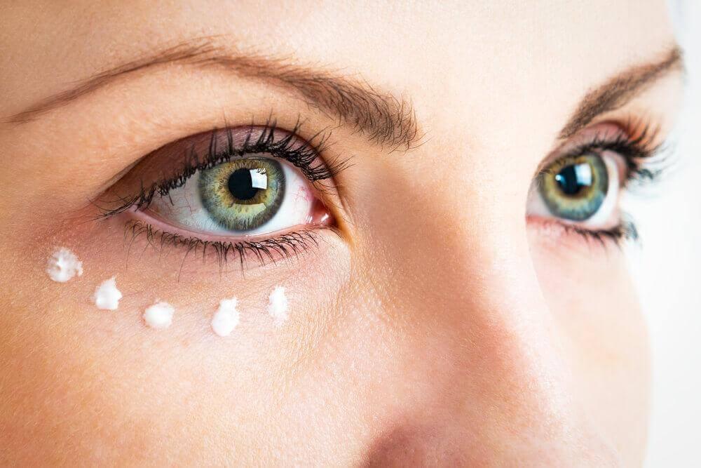 5 εκπληκτικοί τρόποι για να χρησιμοποιήσετε κάψουλες βιταμίνης Ε στο δέρμα σας, κρέμα για τα μάτια