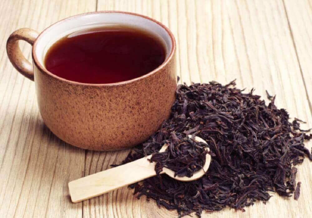5 φυσικές θεραπείες για τις τρίχες που φυτρώνουν προς τα μέσα, μαύρο τσάι