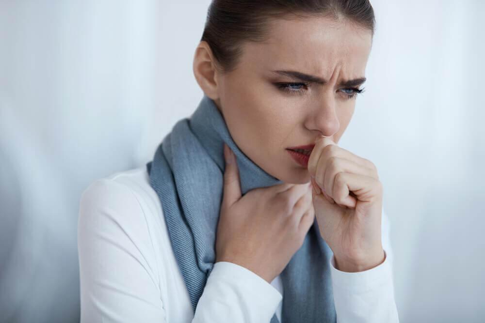 γυναίκα με πόνο στο λαιμό οζίδια στις φωνητικές χορδές
