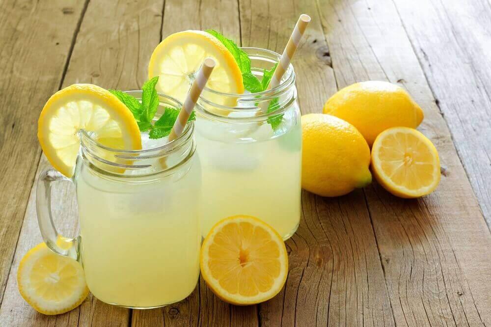 Φυσικά καθαρτικά - Νερό με λεμόνι σε ποτήρια