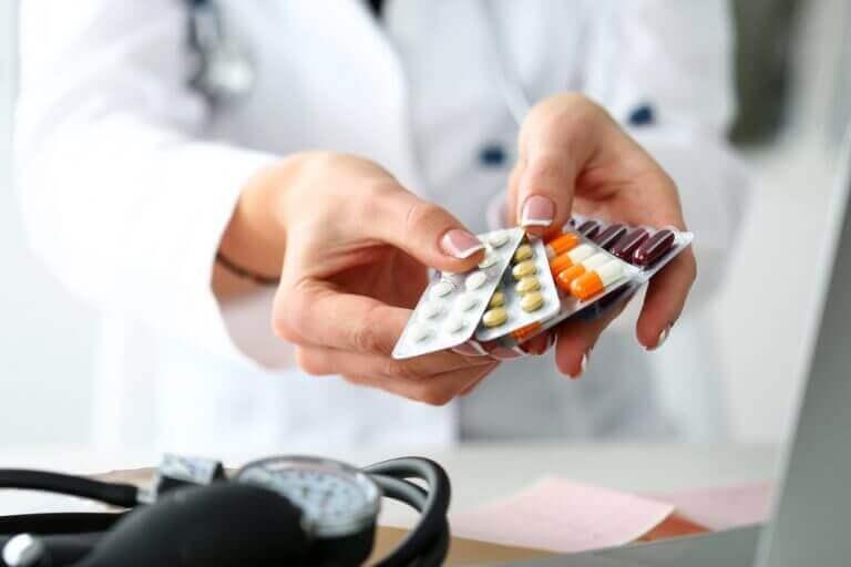 χάπια στα χέρια γιατρού