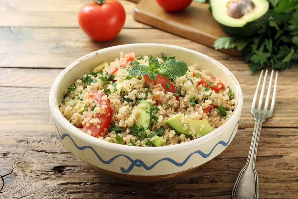 7 χορταστικά βραδινά γεύματα που θα σας βοηθήσουν ν' αδυνατίσετε, κινόα και γουακαμόλε