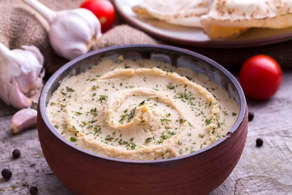 7 χορταστικά βραδινά γεύματα που θα σας βοηθήσουν ν' αδυνατίσετε, σαλάτα και χούμους