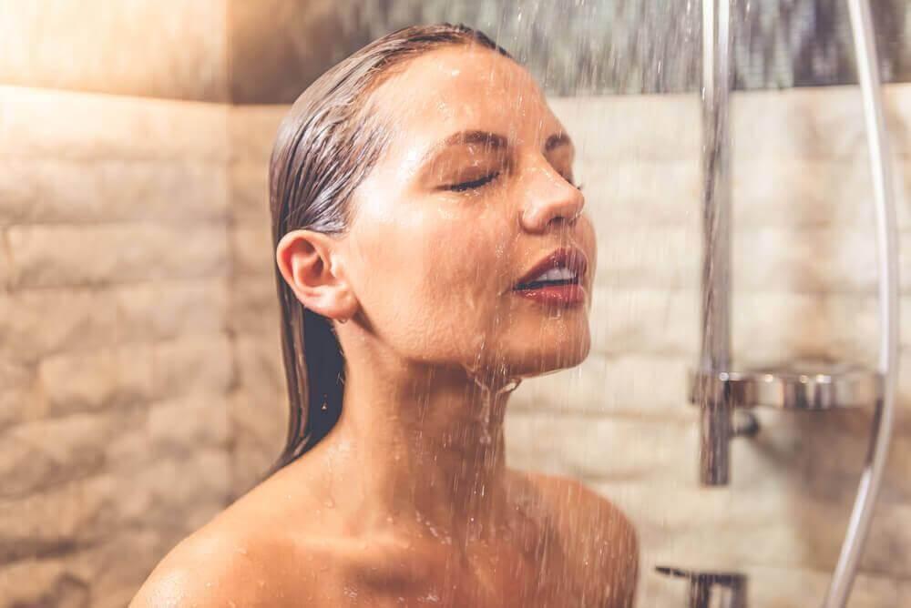 7 εκπληκτικά οφέλη που έχουν τα κρύα μπάνια το πρωί