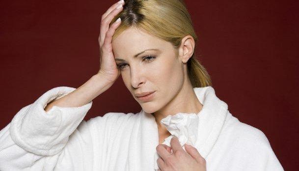γυναίκα με πόνο στο κεφάλι
