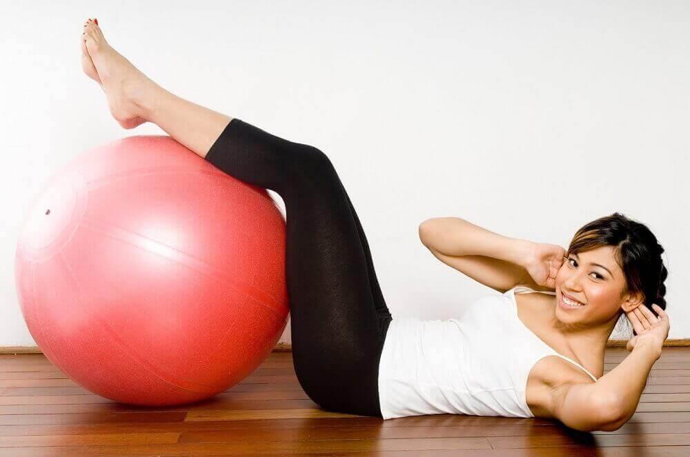 Επίπεδα σακχάρου - Γυναίκα γυμνάζεται με μπάλα γυμναστικής