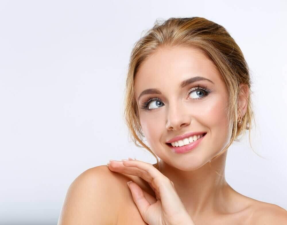 Γυναίκα με μακιγιάζ χαμογελάει