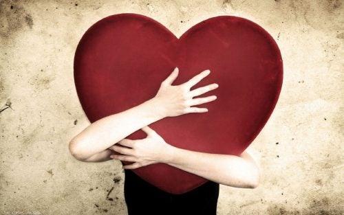 Τι είναι τα τσάκρα - Άτομα κρατά καρδιά