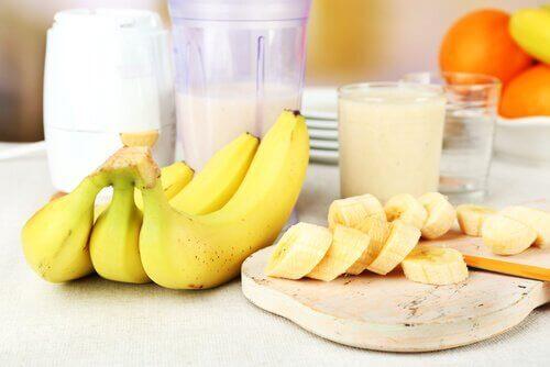 μπανάνες σε τσαμπί και κομμένες