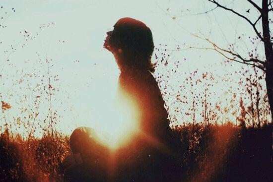 ήλιος, γυναίκα καθιστή- Αποδεχτείτε τη μοναξιά