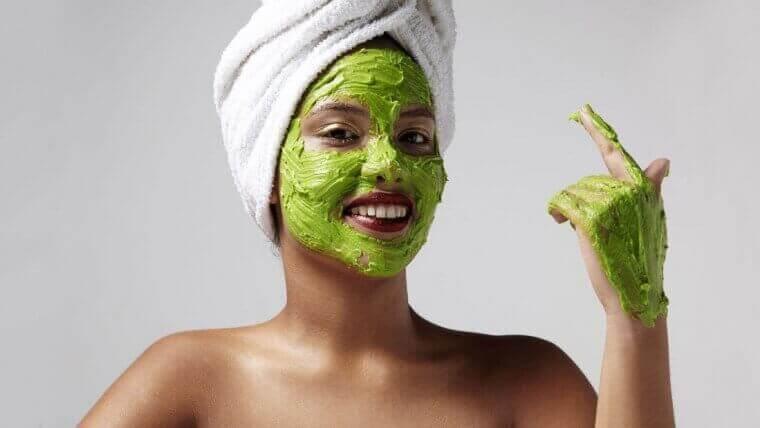 γυναίκα με αβοκάντο στο πρόσωπο, θεραπεία των ρυτίδων