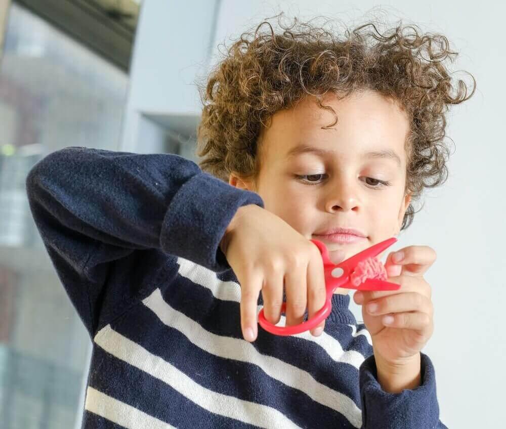 Συνέπειες του να τσακώνεστε μπροστά στο παιδί σας- Παιδί κρατά ψαλίδι