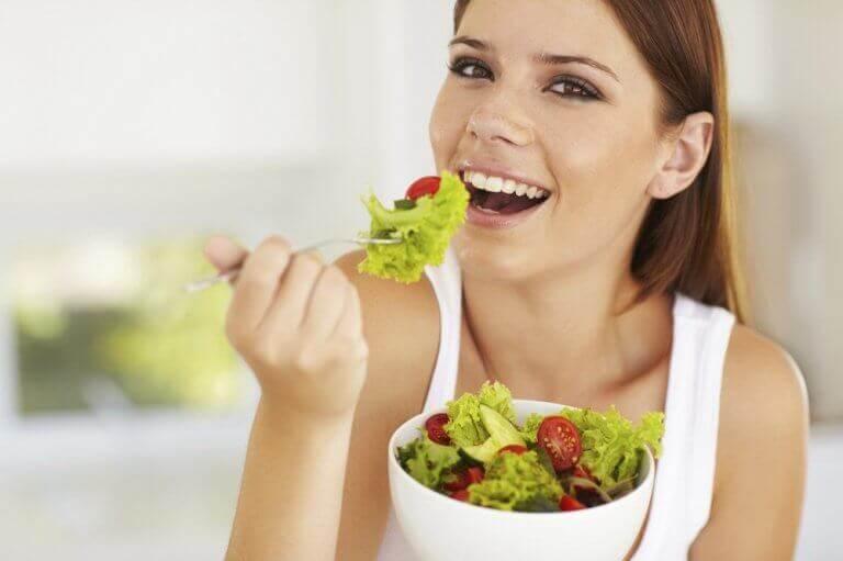 Απαλή και υγιή επιδερμίδα - Γυναίκα τρώει σαλάτα