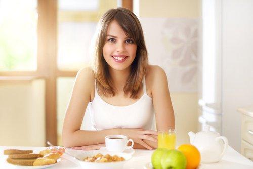 Γυναίκα τρώει πρωινό