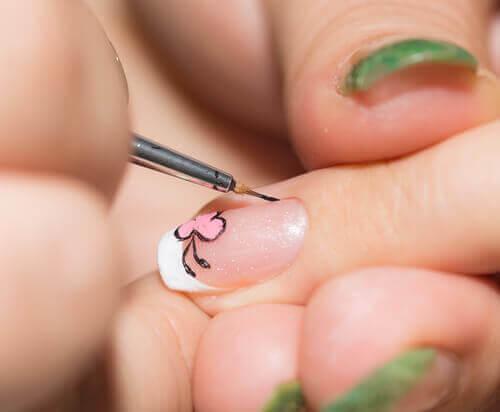 Διακόσμηση νυχιών στο σπίτι σας εύκολα, λεπτή βούρτσα
