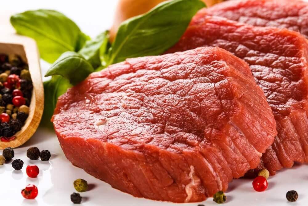 κόκκινο κρέας σε φέτες επίπεδα του σιδήρου