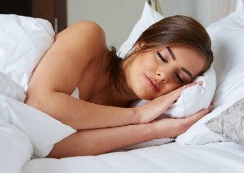 Απαλή και υγιή επιδερμίδα - Γυναίκα κοιμάται